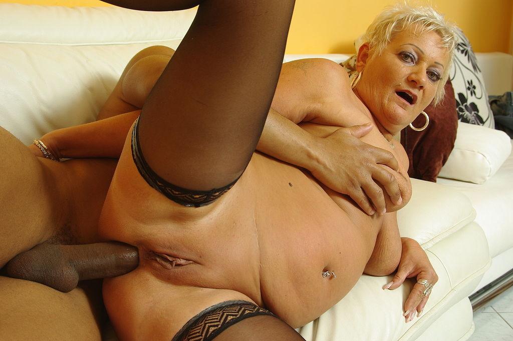 зрелыми межрассовый секс со