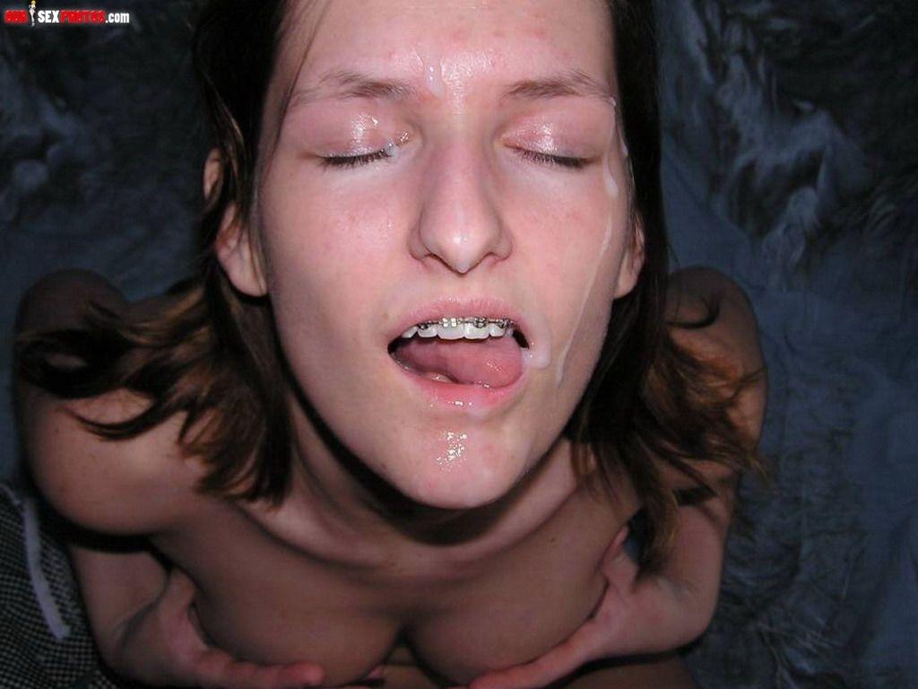 Оральный секс на постели закончился спермой на лицо