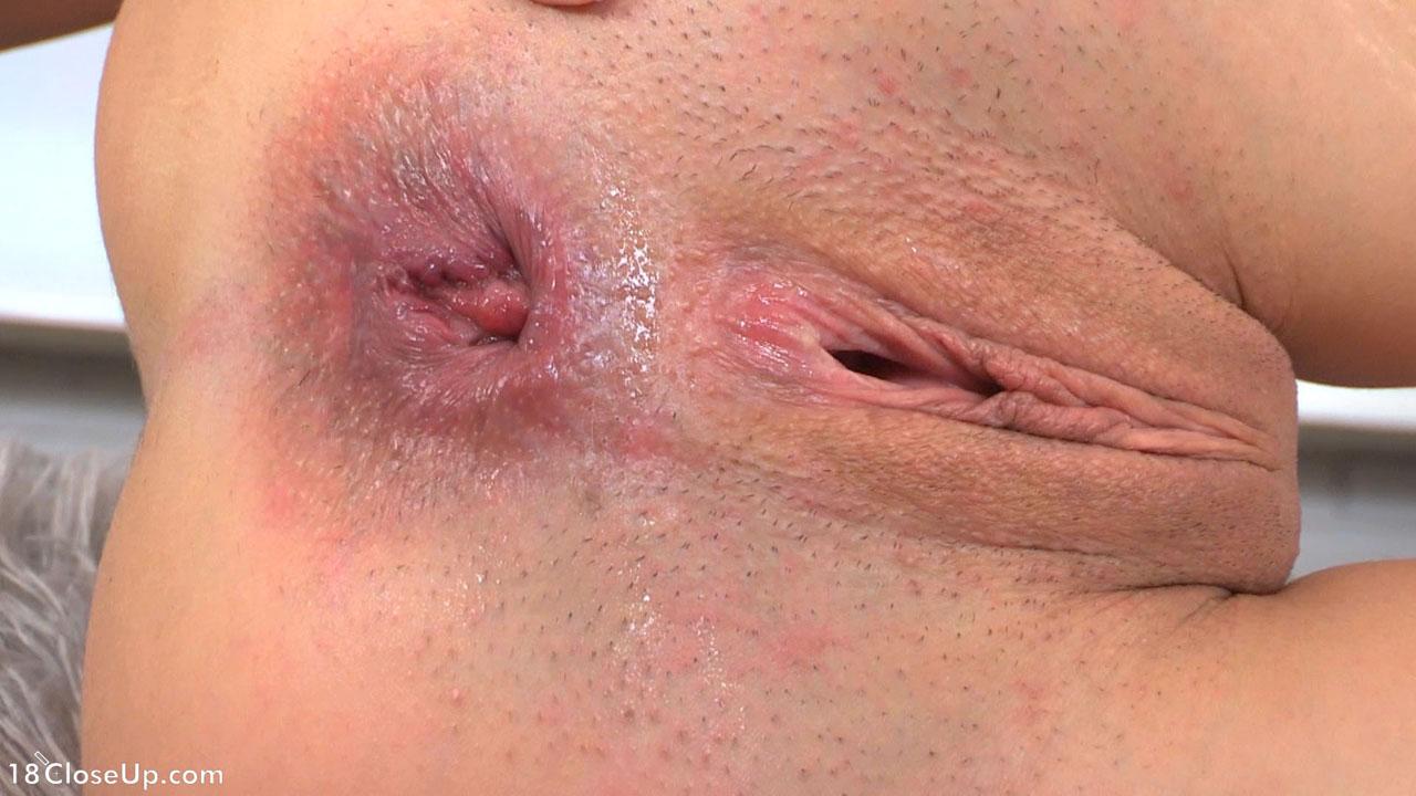 Симпатичная школьница ласкает половые губы