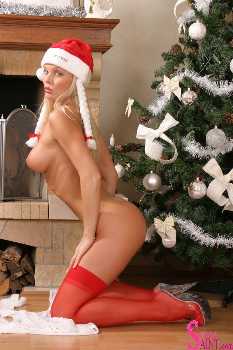 Порно звезда на новогодних фото мастурбирует