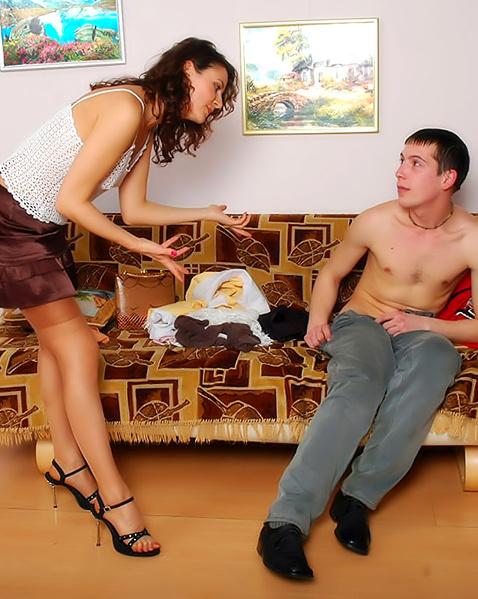 порно страпон под юбкой фото