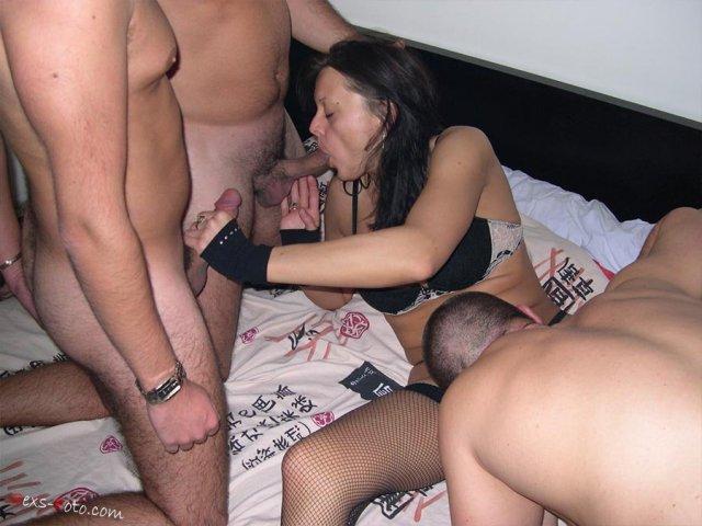 Свингеры в спальне ебутся двойным проникновением