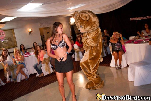 На секс вечеринке порочные бляди сосут пенисы