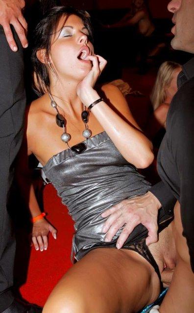 На секс вечеринке нетерпеливые сучки облизывают хер
