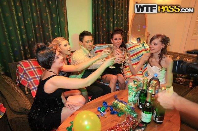 На секс вечеринке проститутки сделали минет