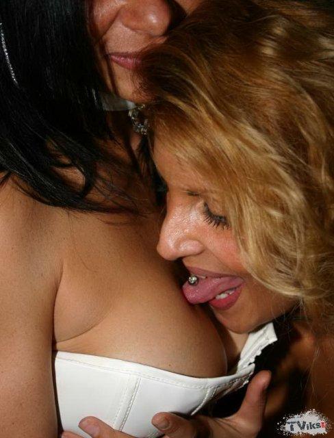 На секс вечеринке опытные шалавы крутят попами