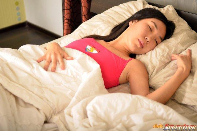 Азиатка начала со страстью секс на кровати