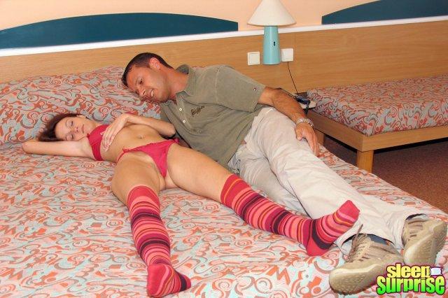 Секс на кровати со спящей сукой начался с минета