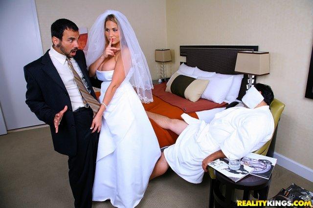 Жопастая тёлка кайфует в минуты секса на свадьбе