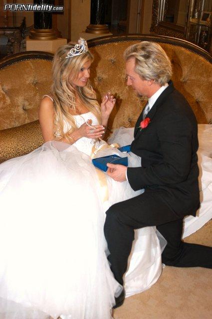 Блондинка с силиконовой грудью занимается сексом на свадьбе